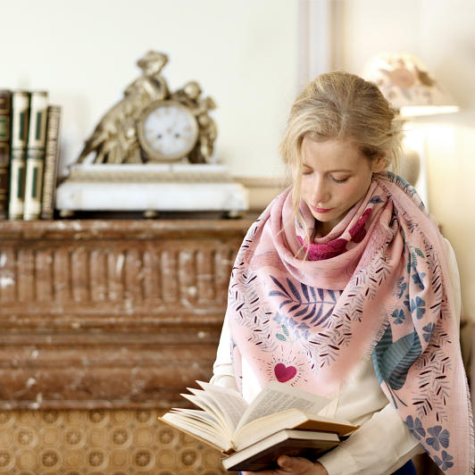lechalebleu-cashmere-and-wool-shawl-panthere-soft-pink-editorial2