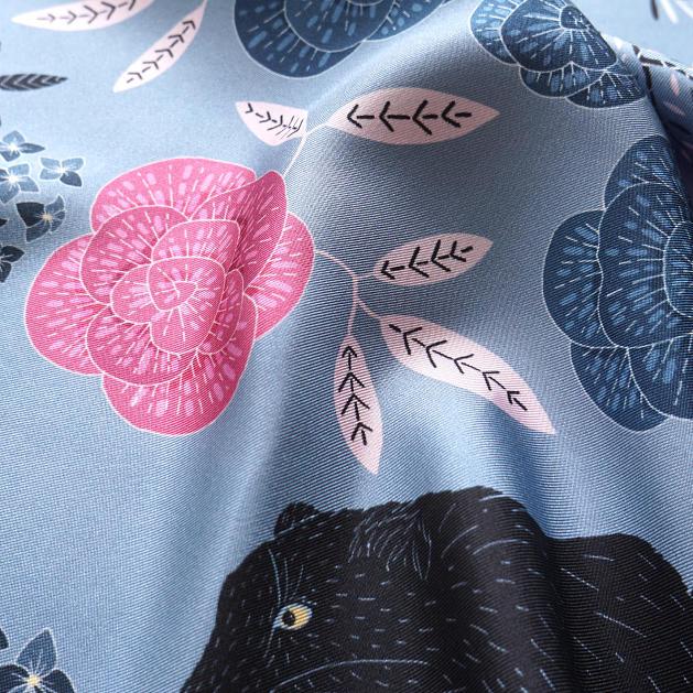 lechalebleu-silk-twill-bandana-panthere-grey-closeup