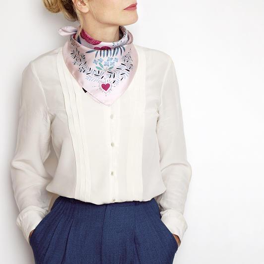 lechalebleu-silk-twill-bandana-panthere-pink-model