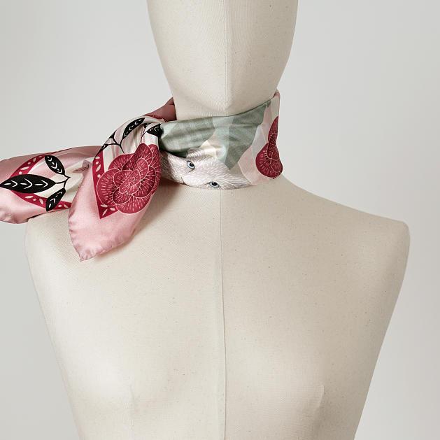 LE-CHALE-BLEU-silk-twill-bandana-panther-wavy-pink-3