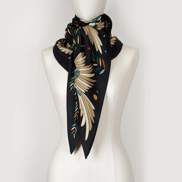 LE_CHALE_BLEU-wool-and-silk-triangle-shawl-magpies-anthracite-4