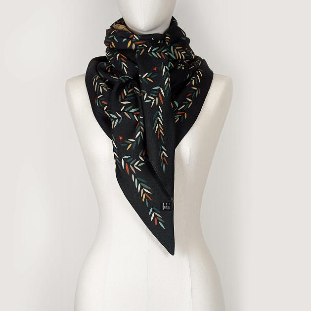 LE_CHALE_BLEU-wool-and-silk-triangle-shawl-magpies-anthracite-5
