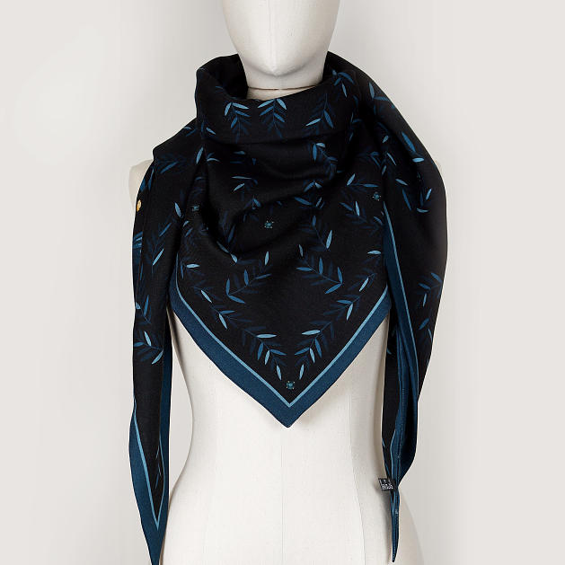 LE_CHALE_BLEU-wool-and-silk-triangle-shawl-magpies-midnight-4