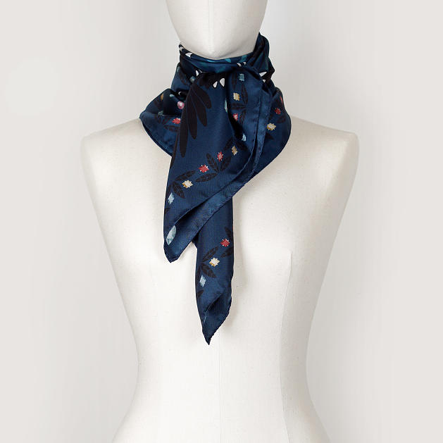 le-chale-bleu-silk-twill-scarf-magpies-midnight-5